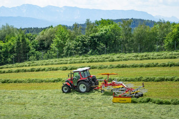 PÖTTINGER TOP 632A Twin Rotor Rake with Side Swath Placement
